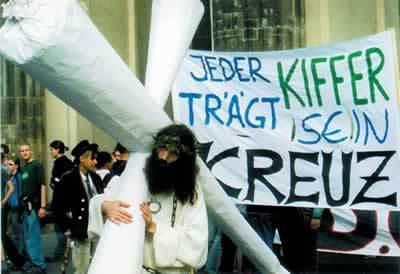 http://ueberwachungsbuerger.files.wordpress.com/2011/03/jeder-kiffer-traegt-sein-kreuz.jpg